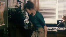 Анна Назарьева снимает юбку