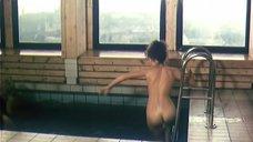 Обнаженная Анна Назарьева плавает в бассейне