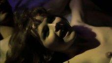 Обнаженная Александра Яковлева на кровати