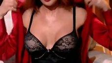 1. Анастасия Заворотнюк показала грудь на своем шоу