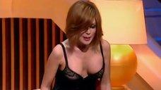 8. Анастасия Заворотнюк показала грудь на своем шоу
