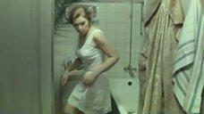 Валентина Титова примеряет одежду
