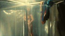 Ева Салацка принимает душ