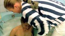 Елену Яковлеву вытаскивают из ванной