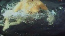Лариса Гузеева поправляет купальник под водой
