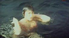 5. Лариса Гузеева поправляет купальник под водой – Соперницы