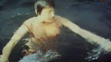 6. Лариса Гузеева поправляет купальник под водой – Соперницы