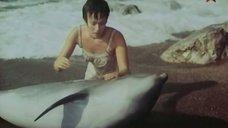 Мокрая Лариса Гузеева спасает дельфина