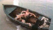 Обнаженная Марина Майко в лодке