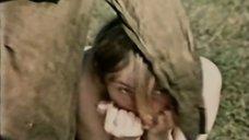 Марина Яковлева бегает топлес под бомбами