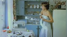 Наталья Негода снимает платье