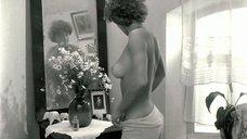 Обнаженная Наталья Негода рассматривает себя в зеркале