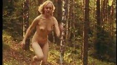 Прогулка обнаженной Натальи Сурковой по лесу