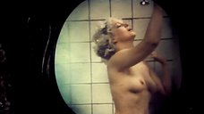 Светлана Аманова моется в ванной