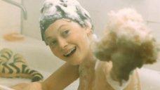 Светлану Смирнову моют в ванной
