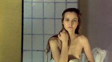 Татьяна Друбич вытирается полотенцем