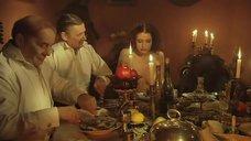 3. Голая Анна Ковальчук за столом – Мастер и Маргарита