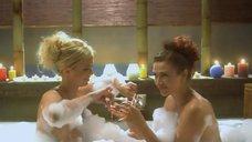 2. Анна Семенович и Эвелина Блёданс развлекаются в ванной – Гитлер капут!