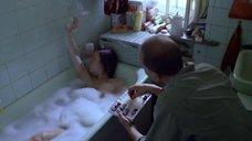 Елена Сафонова принимает ванну