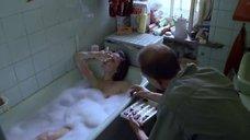 2. Елена Сафонова принимает ванну – Такси-блюз