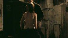 Ксения Кутепова одевает фуфайку на голое тело