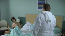 Юлия Пожидаева прикрывается полотенчиком