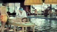 Юлии Силаевой делают массаж