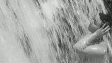 Обнаженная Любовь Румянцева у водопада