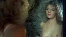 Александра Захарова обнажилась перед зеркалом