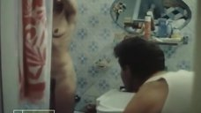 Галина Яцкина принимает душ