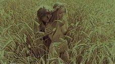 Голая Елена Кучеренко в поле