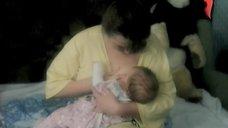 Ирина Бякова кормит грудью