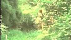 Обнаженная Любовь Красавина бегает по парку