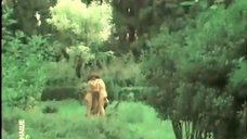 3. Обнаженная Любовь Красавина бегает по парку – Трудно первые сто лет