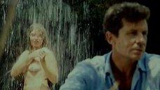 Марины Старых принимает душ во дворе