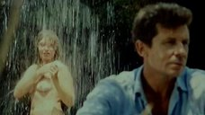 Марина Старых принимает душ во дворе