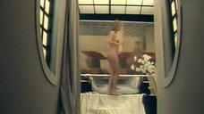 Марина Трошина принимает ванну