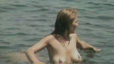Оксана Калиберда развлекается в воде