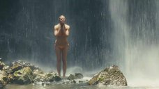 Бруклин Декер в купальнике под водопадом