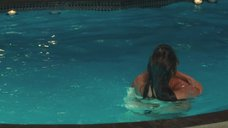 Обнаженная Дженнифер Энистон в бассейне