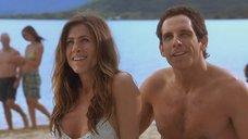 2. Дженнифер Энистон на пляже – А вот и Полли