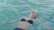 Дакота Джонсон купается в бассейне