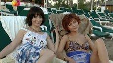 Дарья Повереннова и Ирина Лачина заигрывают на пляже