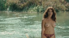 Голая Виоланте Плачидо купается в реке