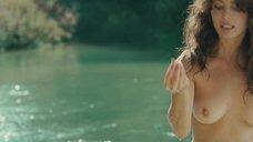 16. Голая Виоланте Плачидо купается в реке – Американец