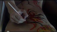 2. На прекрасном теле Ольги Филипповой рисуют рисунок – В твоих глазах