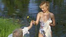 Мокрая Наталья Вдовина в купальнике