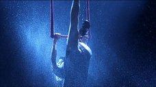 13. Стриптиз Памелы Андерсон под брызгами воды – Не называй меня малышкой