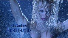 14. Стриптиз Памелы Андерсон под брызгами воды – Не называй меня малышкой