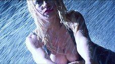 15. Стриптиз Памелы Андерсон под брызгами воды – Не называй меня малышкой